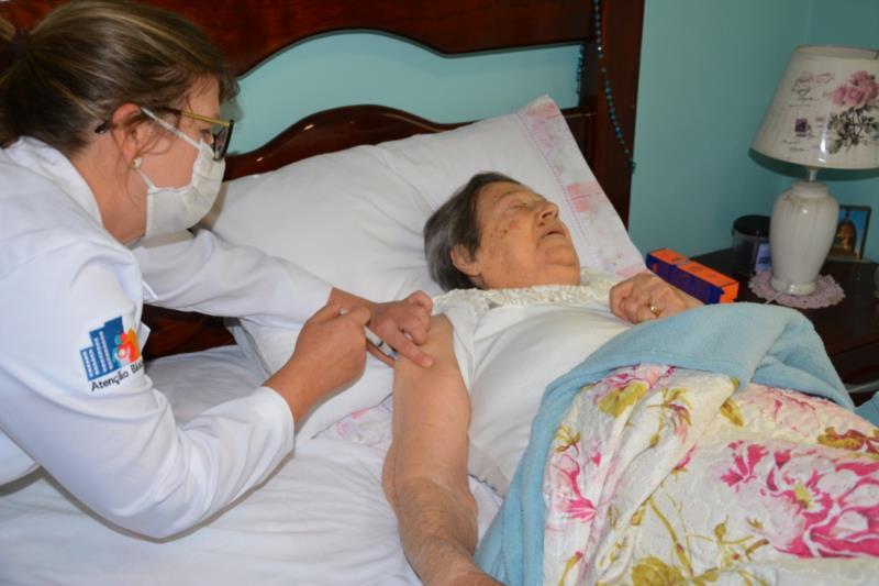Manhã também foi marcada pela vacinação dos idosos acamados