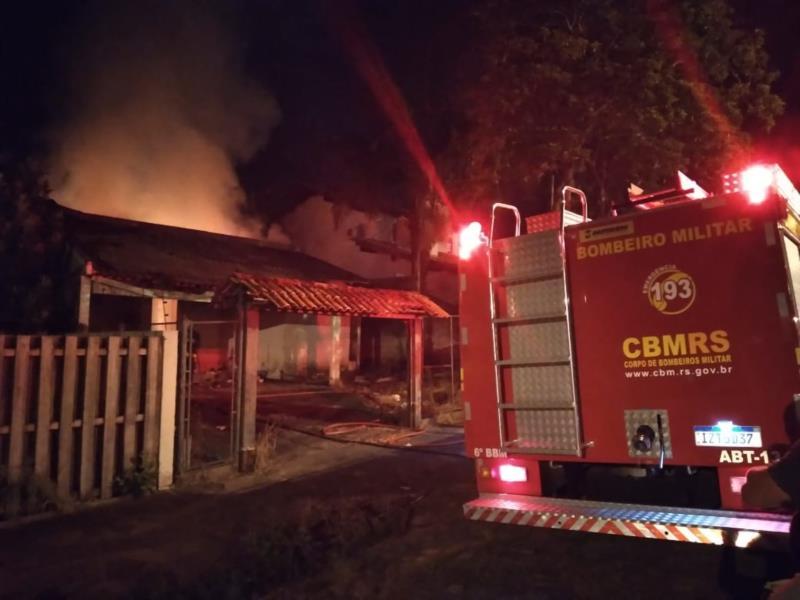 Casa abandonada pega fogo em Venâncio Aires