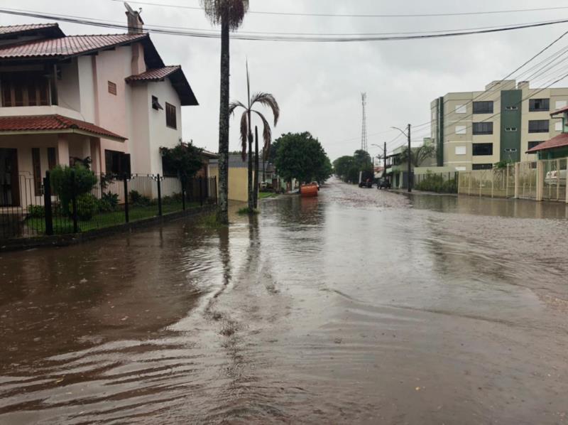 Acúmulo de água na esquina das ruas Felix da Cunha com a Barão do Triunfo