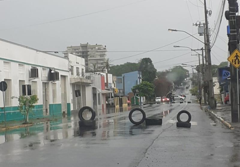 Na Rua General Osório, lojista bloqueou o trânsito para impedir que as ondas provocadas pela passagem dos carros entrasse nos estabelecimentos