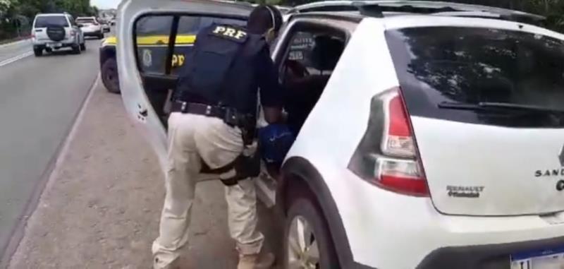 Após jogarem cocaína pela janela do carro, dois traficantes são presos pela PRF em Pantano Grande