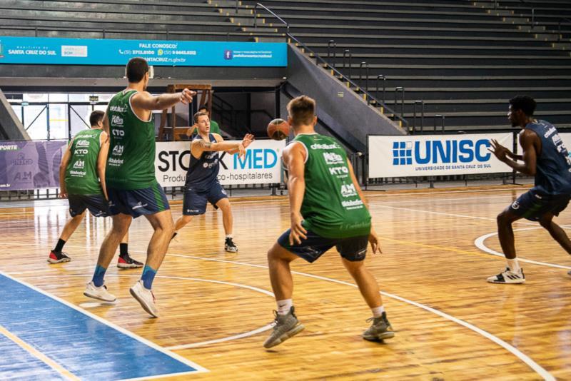 Equipe faz reconhecimento da quadra pela manhã e estreia contra o Basquete Joinville, às 17 horas