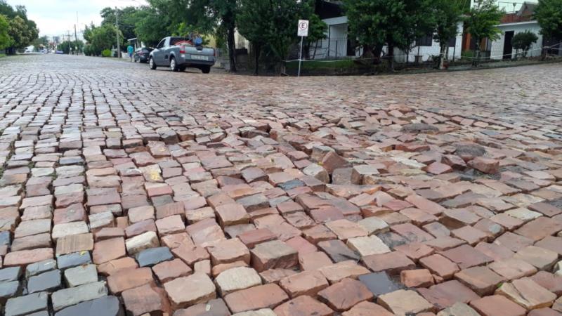 Na Rua Tiradentes, cruzamento com a Rua Ipiranga, parte do calçamento cedeu