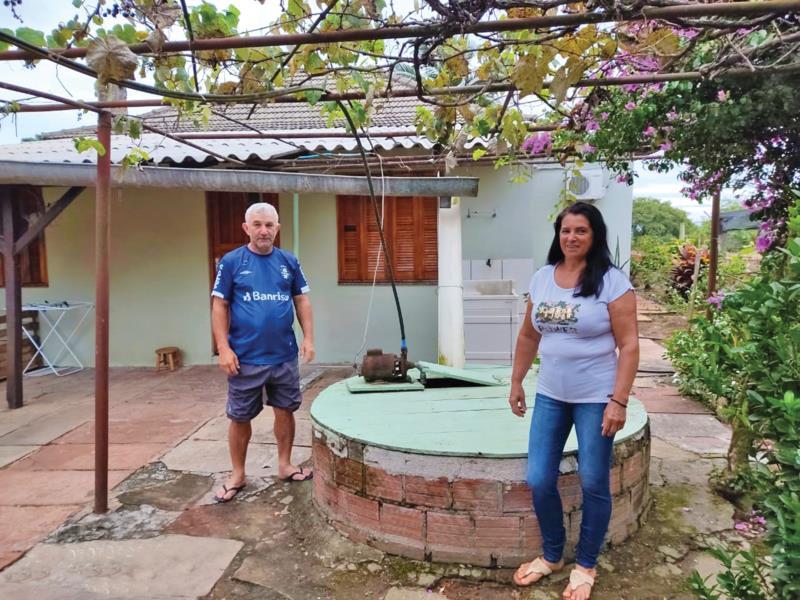 Elisete e Clair utilizam água armazenada nas plantas e lavouras