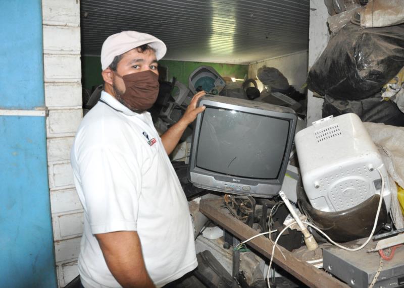 Segundo Nelson, televisores são um dos eletrônicos que mais chegam no depósito