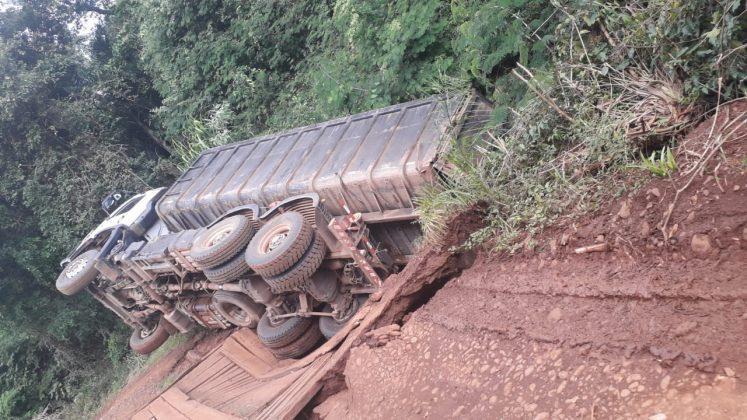 Estrutura de madeira cedeu após a passagem de um caminhão de grande porte
