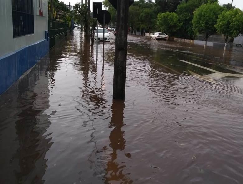Há registro de água acumulada em diversos pontos do município