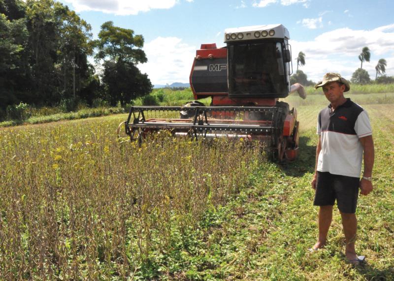 Aproveitando o clima favorável, Edson realizou a colheita da soja na tarde de ontem