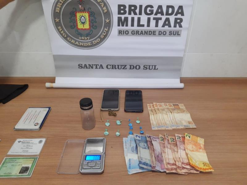 Drogas, dinheiro e celular foram apreendidos