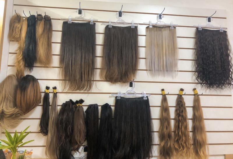 Salão vende perucas e megahair