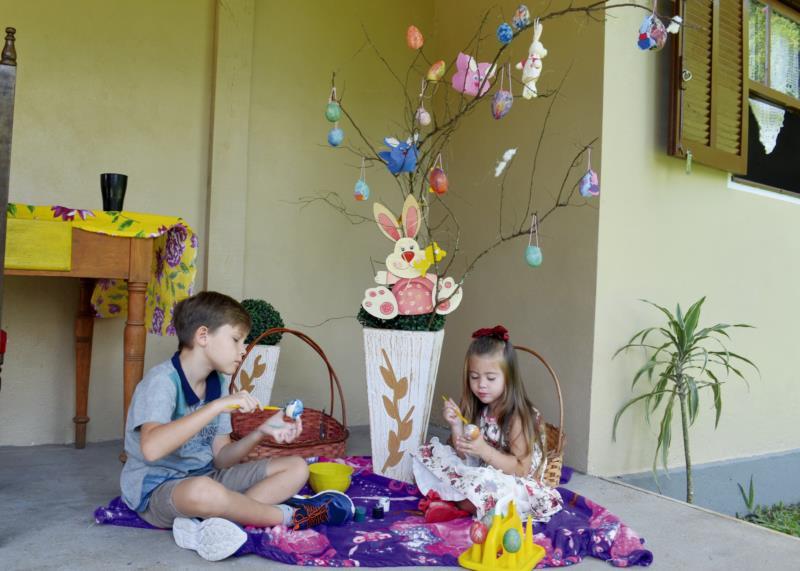 Com as cascas, irmãos decoraram a árvore