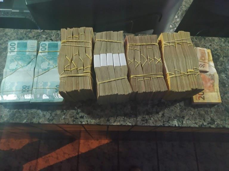 Motorista disse que parte do dinheiro não era sua, mas não conseguiu identificar o proprietário nem comprovar a origem
