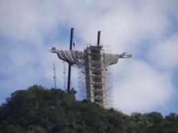 VÍDEO: Monumento Cristo Protetor em Encantado tem braços e cabeça içados