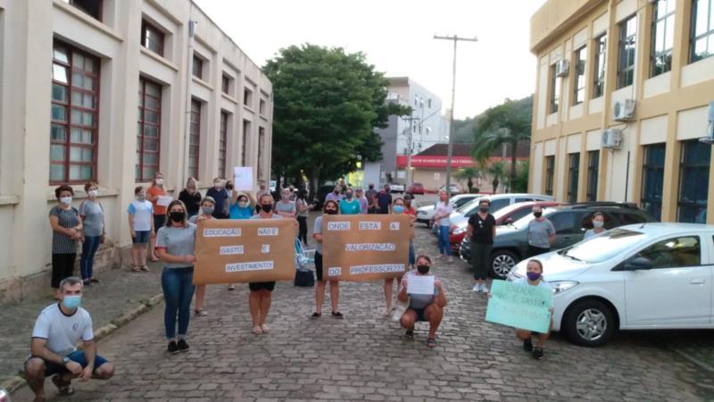 Mobilização aconteceu na noite desta terça-feira em frente à Câmara de Vereadores