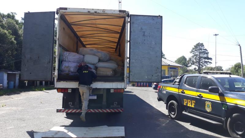 PRF apreende dois caminhões com quase um milhão de reais em roupas importadas ilegalmente