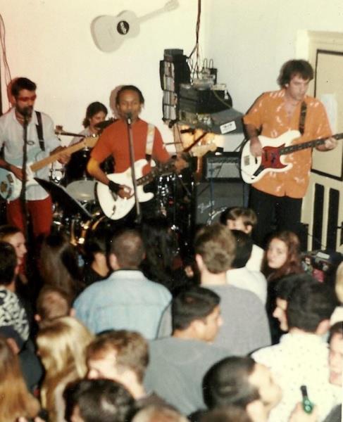 Show da banda Vitória Soul. Equipamentos na parede eram uma marca da casa