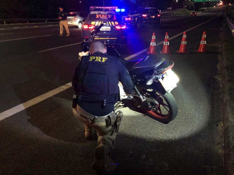 Quatro pessoas foram presas, uma moto roubada recuperada e 20 recolhidas para o depósito
