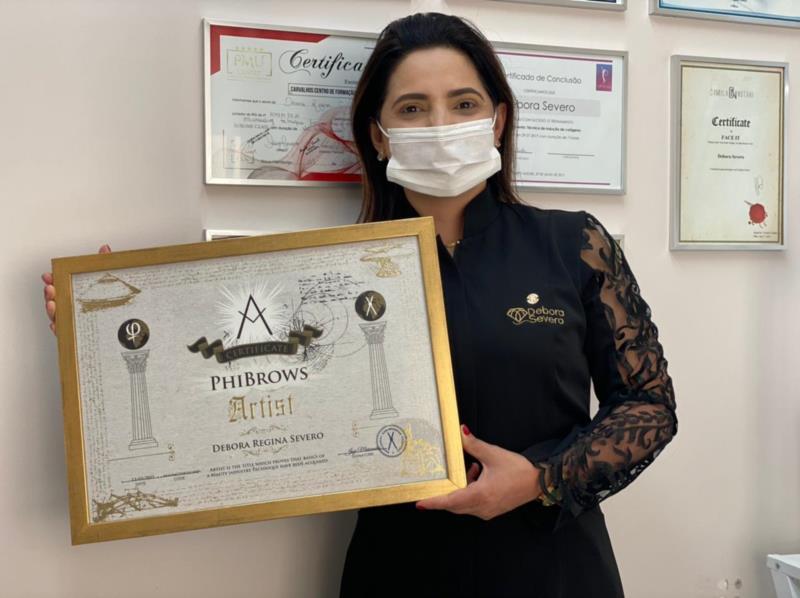 Debora Severo com o certificado Phibrows