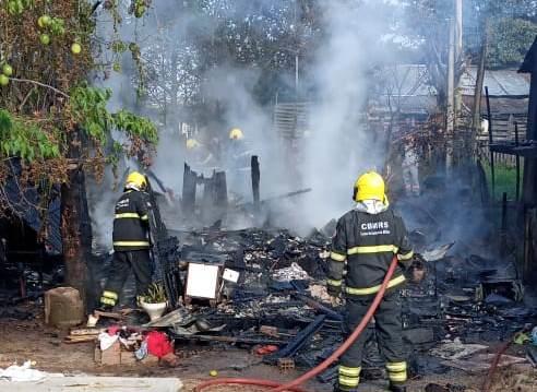 Incêndio destrói chalé no Bairro Progresso em Santa Cruz