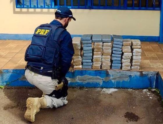 PRF prende foragido da justiça com 73 quilos em drogas na BR-386