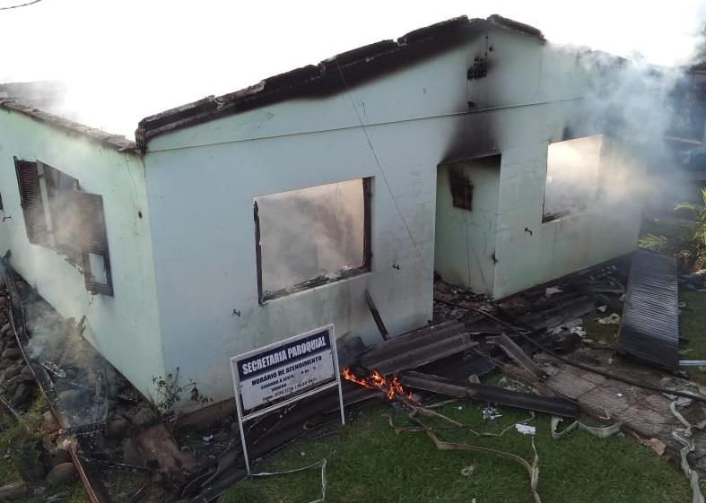 Casa Paroquial é consumida pelo fogo em Cerro Branco