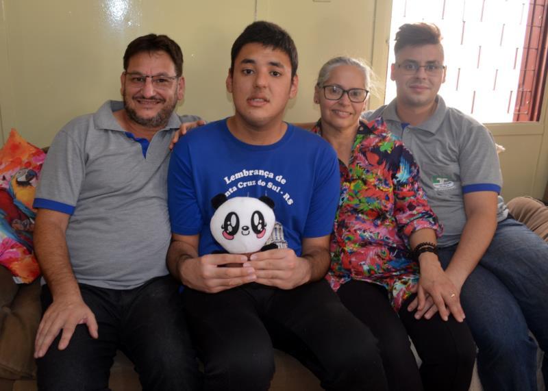 Dudu (de azul) ao lado dos pais Idalêncio e Ane e do irmão Gabriel
