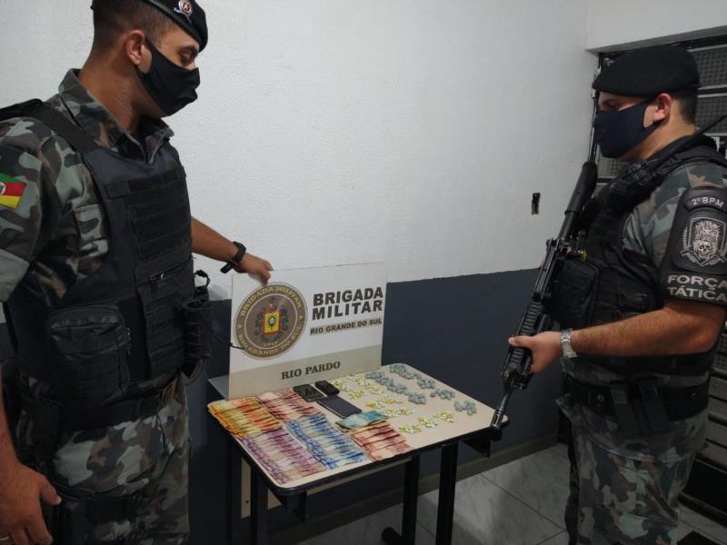 Quatro pessoas foram presas pela Brigada Militar na noite desta segunda-feira no Bairro Jardim Boa Vista
