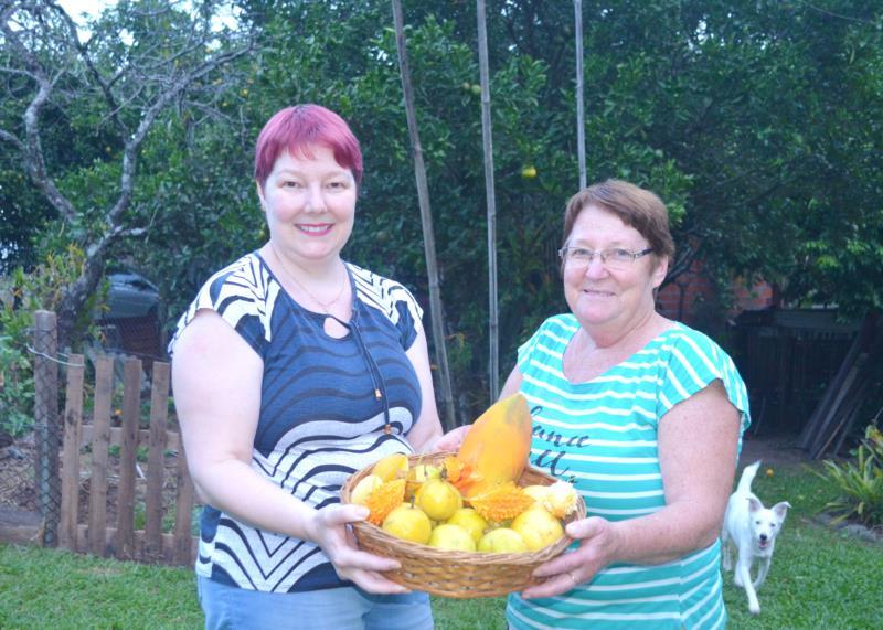 Mãe e filha exibem orgulhosas alguns dos feitos colhidos na propriedade da família