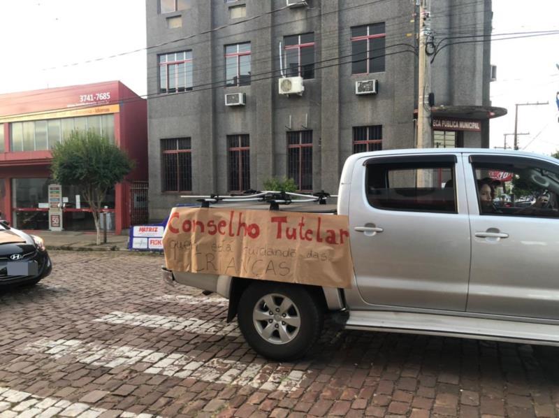 Carreata com cerca de 150 veículos pede o retorno das aulas presenciais em Venâncio Aires