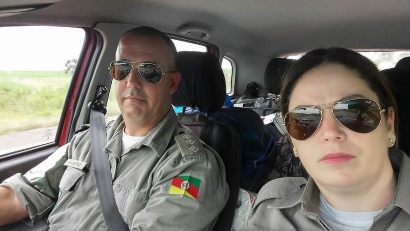 Capitão Silva ao lado da esposa, a policial Tais