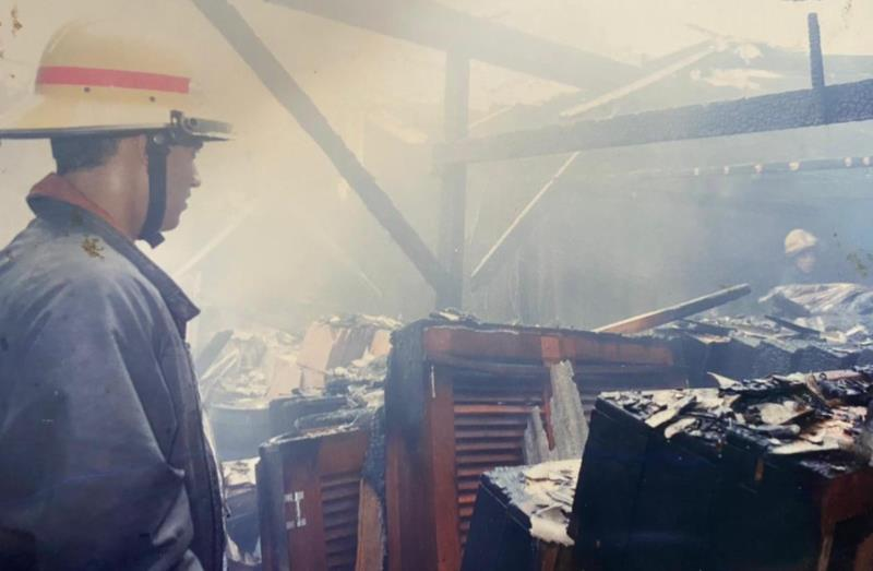 Registro do trabalho dos bombeiros após depósito pegar fogo