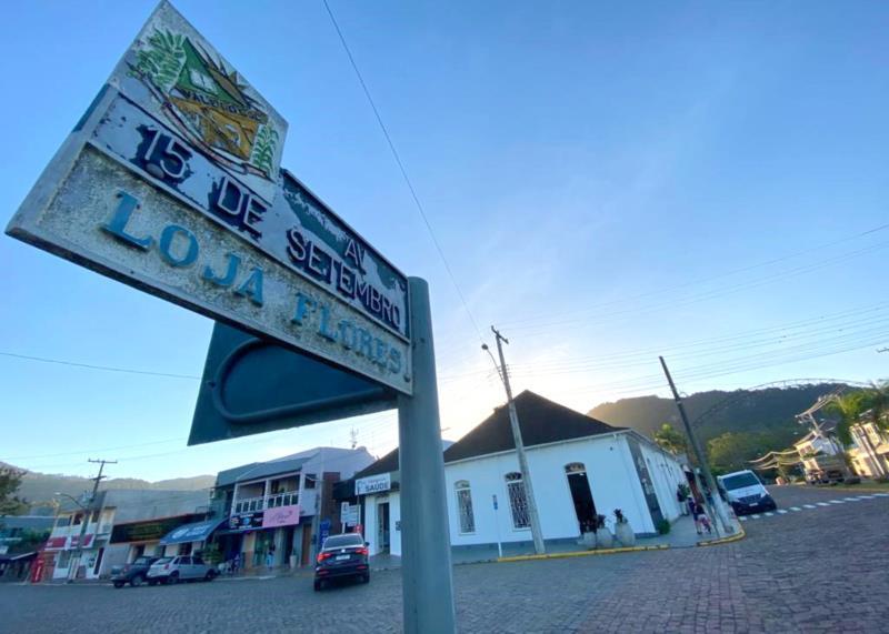 Placa com o logradouro está situada bem no centro do município, próxima à Prefeitura Municipal e ao comércio