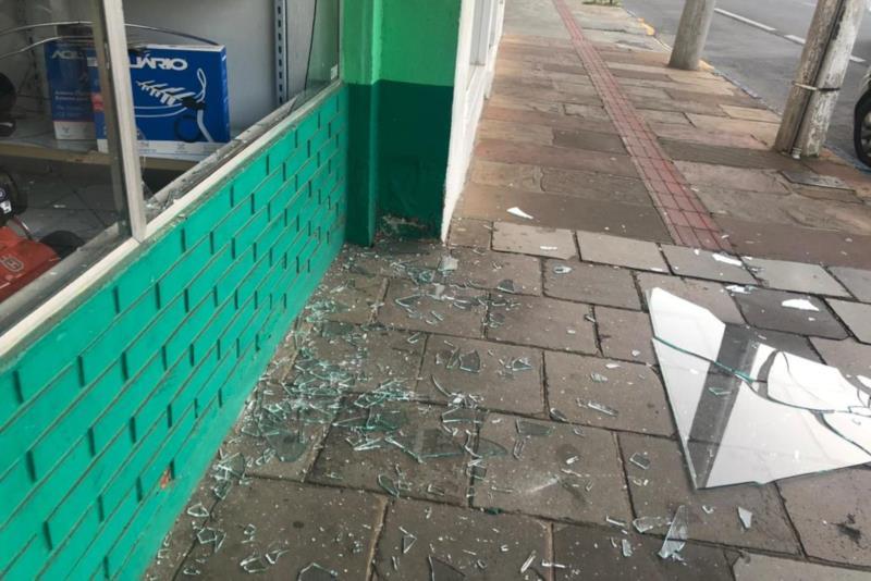 Criminosos quebraram o vidro da vitrine da loja e acessaram o estabelecimento