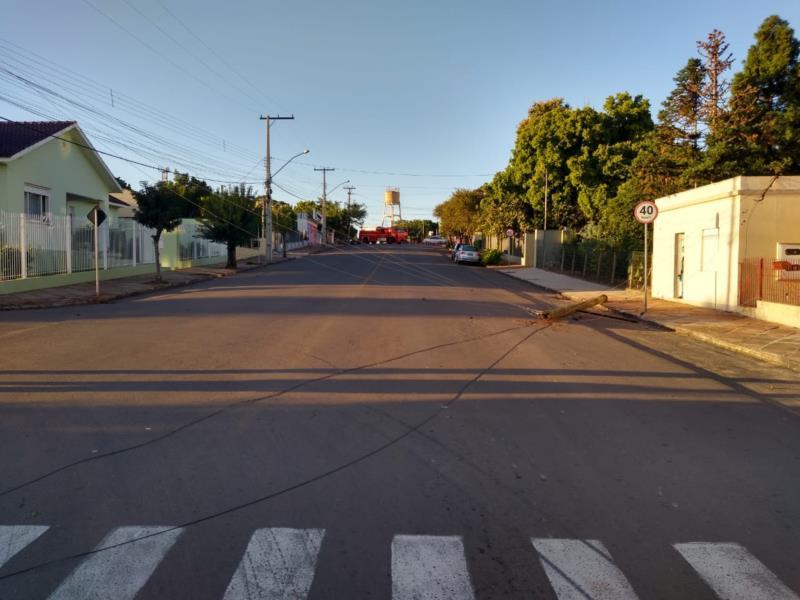 Queda de postes de energia elétrica tem afetado o trânsito em um ponto do município