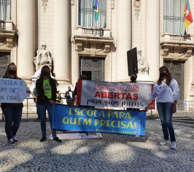 Ato ocorreu ao longo da manhã desta terça-feira em frente ao Palácio Piratini