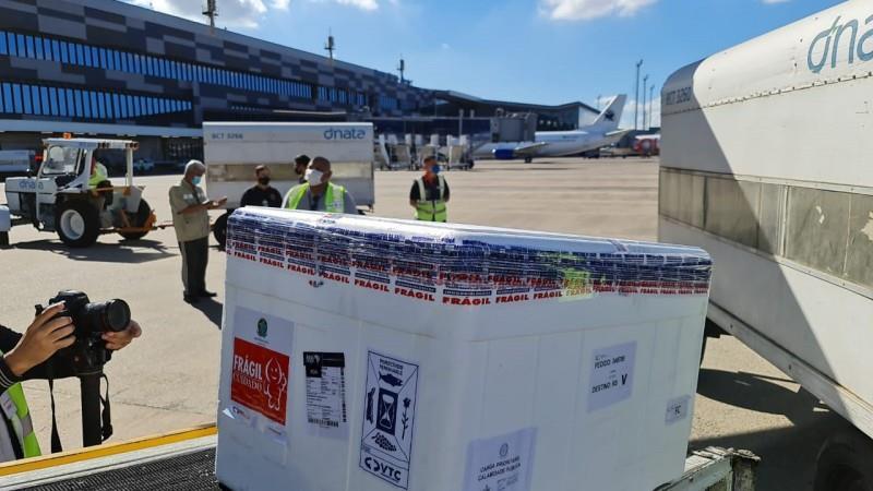 Na manhã desta quinta (29), 353.750 doses da vacina AstraZeneca foram descarregadas de avião vindo de Guarulhos (SP)