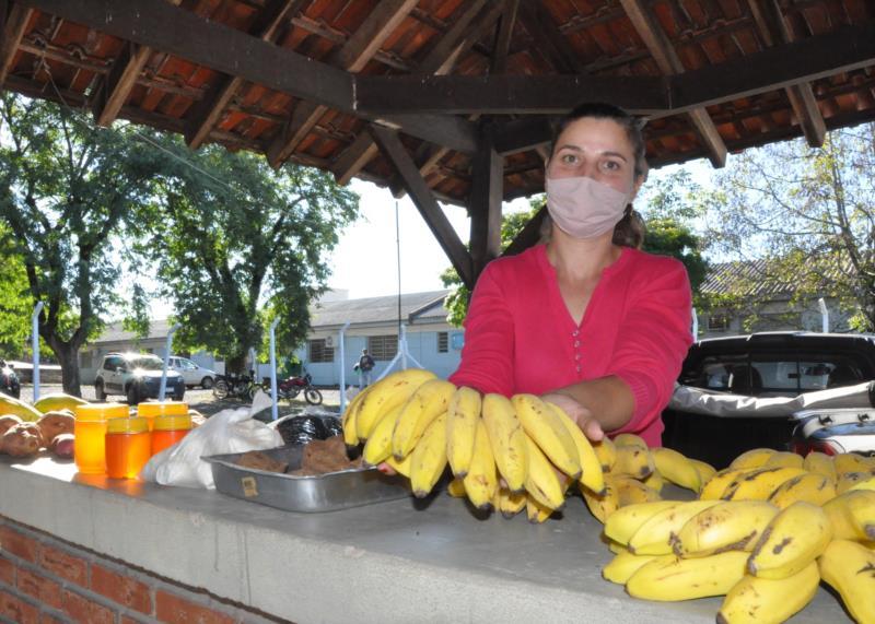 Rosimeri comercializa variedades como a banana nas feiras