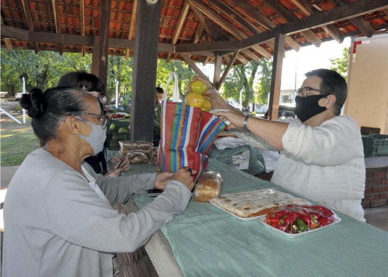 Lucilda, juntamente com o marido Enio, participa das feiras rurais há mais de 18 anos