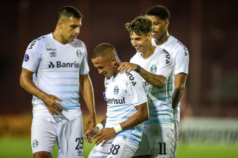 Com gols de Léo Pereira e Ferreira, Tricolor bateu o time da casa