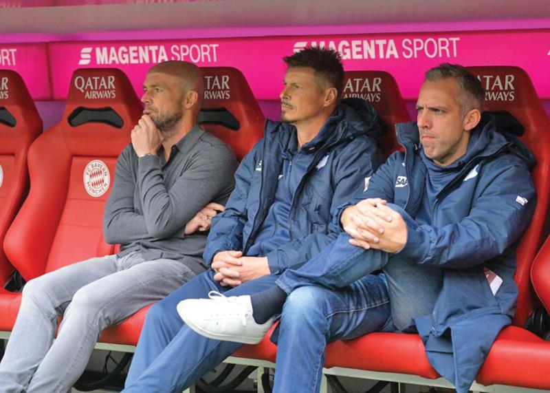 César (centro) ao lado de Alfred Schreuder (esquerda) durante jogo na Allianz Arena em 2019