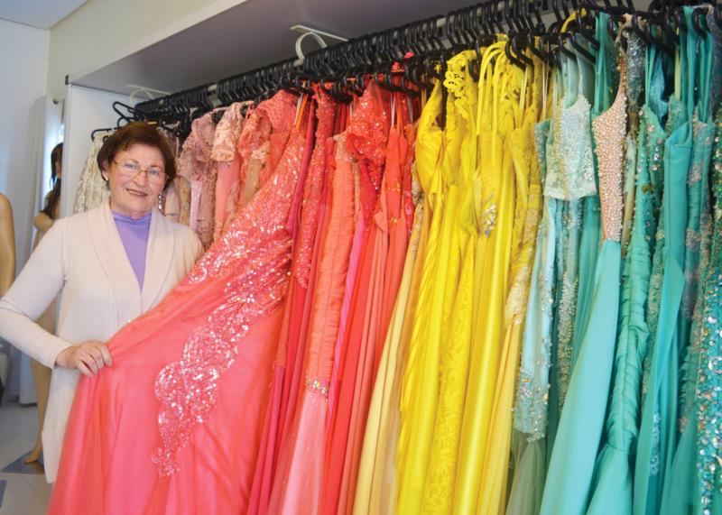 Entre inúmeros vestidos, Lúcia salienta que cada um é especial para ela