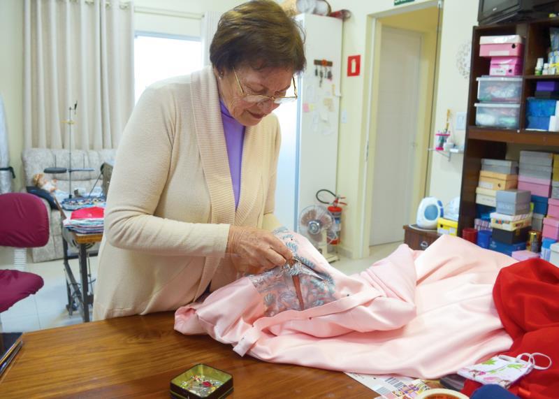 Em sua grande maioria, os vestidos são bordados à mão, dando um toque especial ao traje