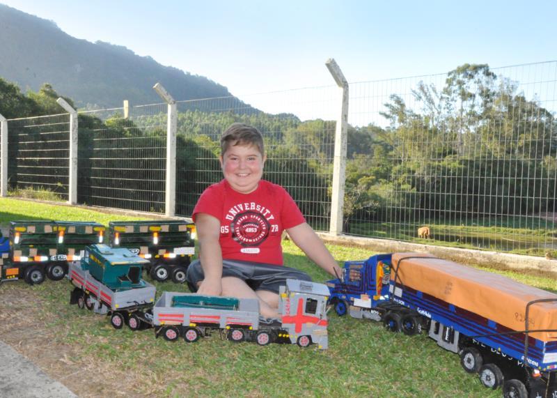 Menino cria diferentes modelos de caminhões na varanda de casa