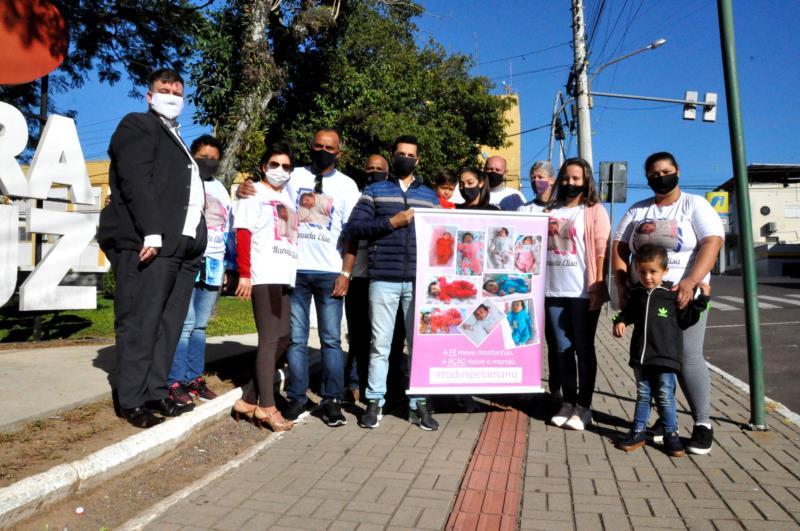 Com camisetas alusivas a campanha, familiares se reuniram na Praça José Bonifácio para divulgarem a campanha