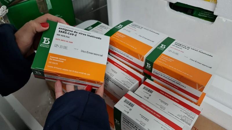 No início da manhã deste sábado, já chegaram a Porto Alegre 22.800 doses da Coronavac/Butantan