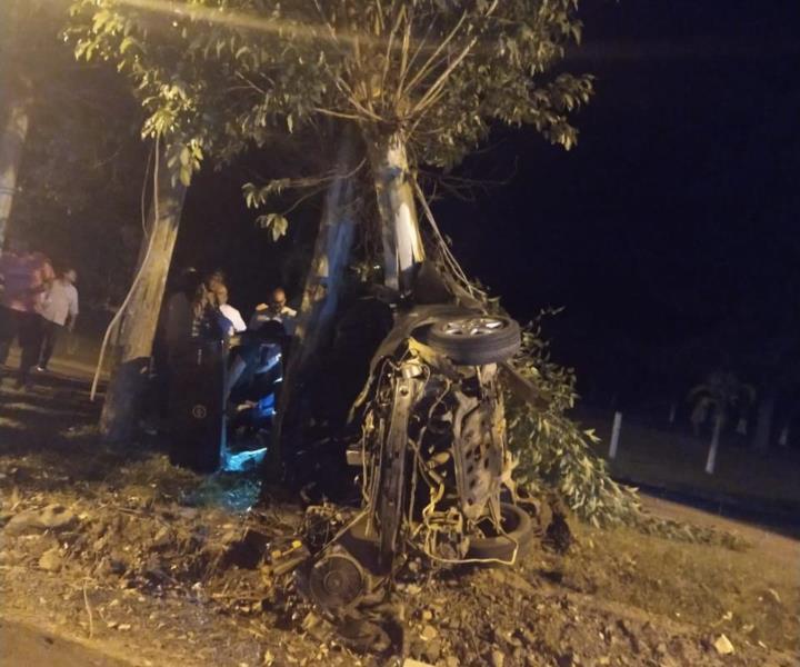 Veículo colidiu em uma árvore situada na rodovia, em Sobradinho
