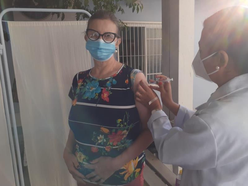 Lisete se imunizou na manhã desta segunda-feira na UBS Avenida
