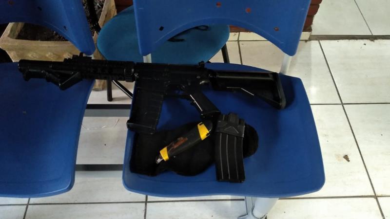 Simulacro de fuzil foi apreendido no local