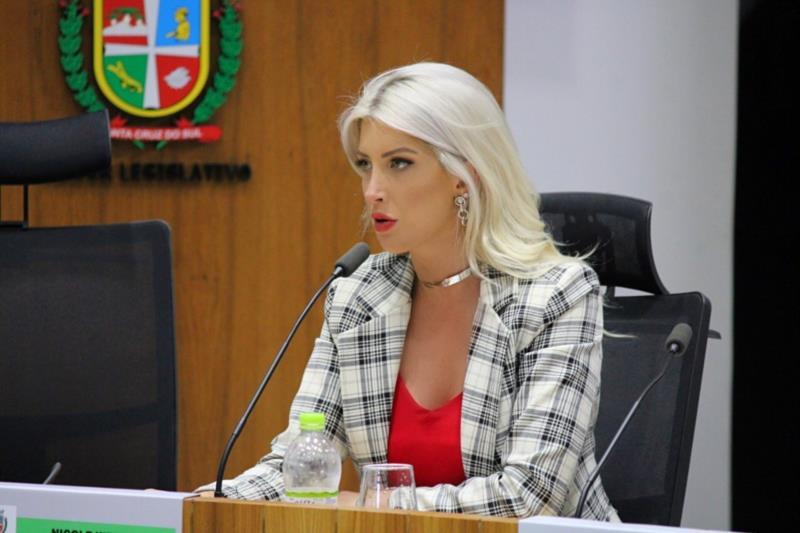 Nicole Weber sugere distribuição gratuita de absorventes nas escolas municipais