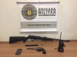 Força Tática prende homem com rifle e revólver em Santa Cruz